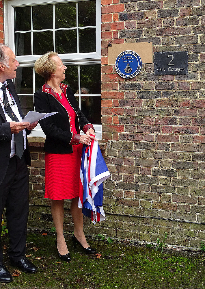 Linda Stockwell unveiling the plaque at 2 Sandy Lane